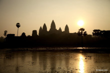 カンボジア世界遺産のアンコールワットの初日の出は黄金に輝いていた