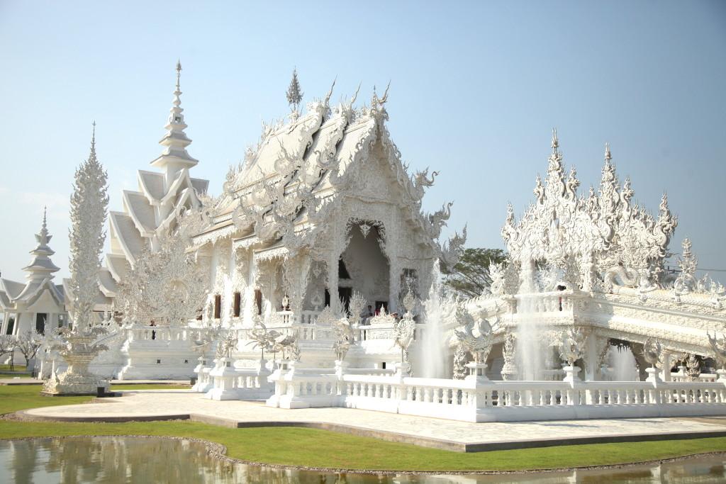 【チェンライ観光】ワット・ロン・クンの不気味で美しい白い寺院へ