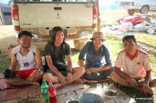 タイ・メーホンソーンの山奥の村で酔っ払いに囲まれた