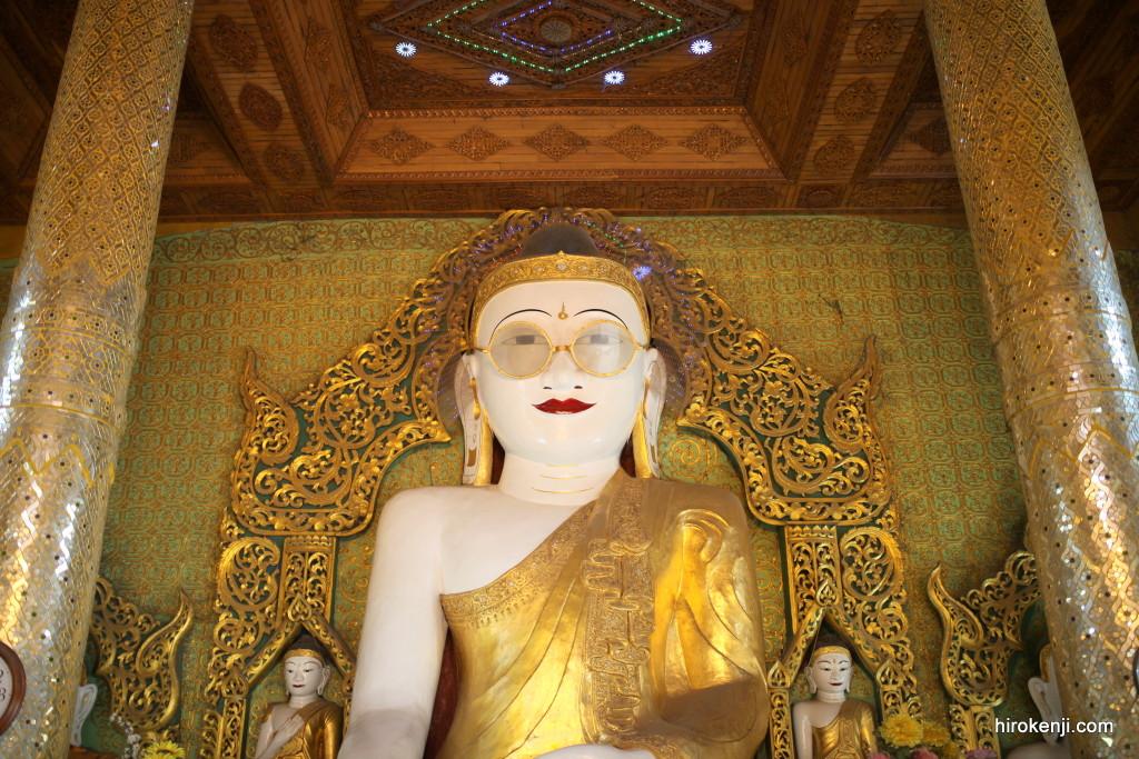 ミャンマー・ピイにある奇妙で大きなメガネ大仏