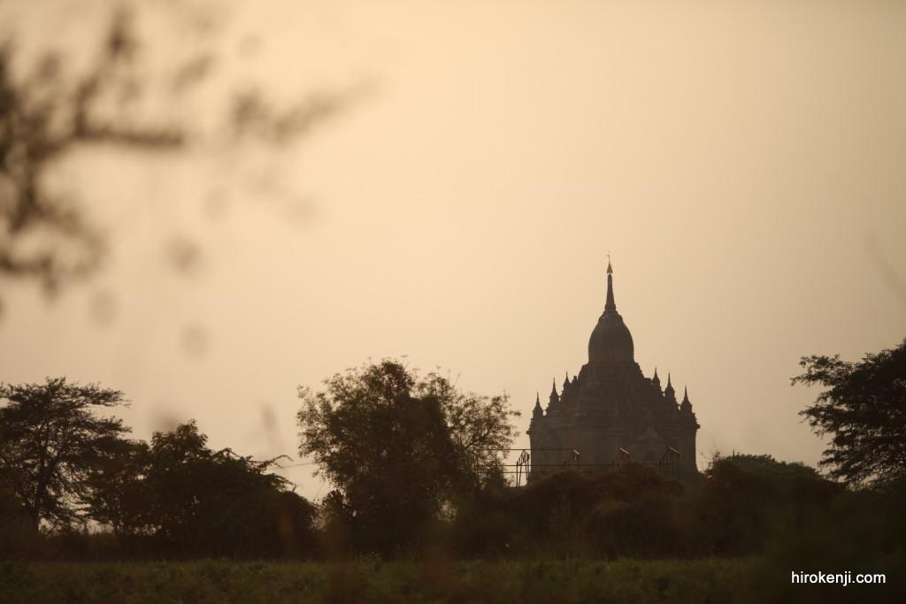 【バガン仏塔の絶景】美しいが感動せず。カメラを片手に夕日と朝日を淡々と写す日々。