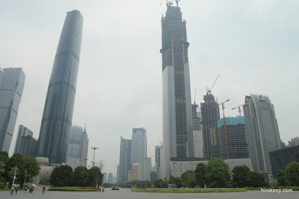 中国・広州の煌びやかに発展した街並みとKFCの奇妙な女