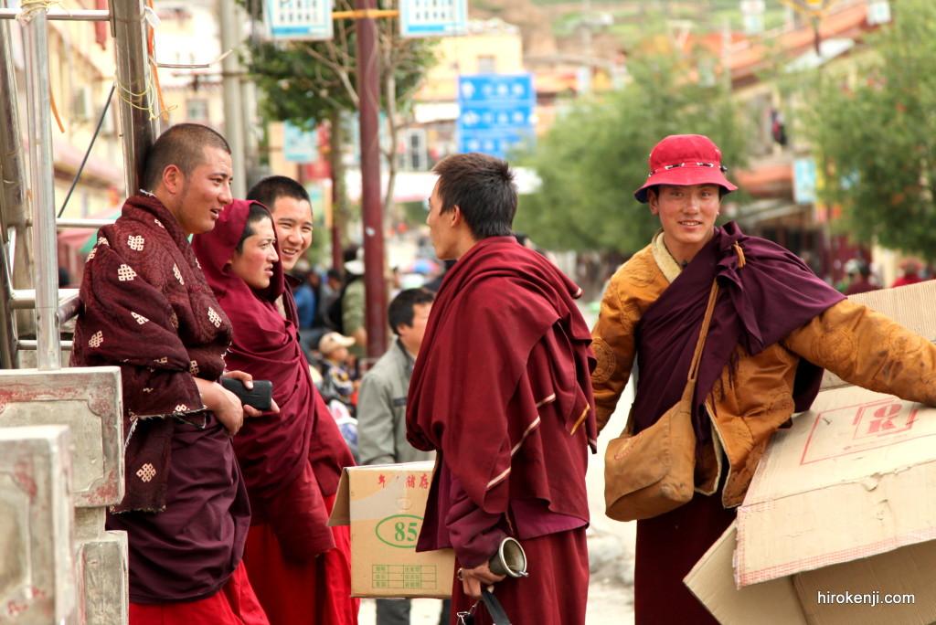 東チベット・甘孜(ガンゼ)の極楽温泉と陽気なカラオケ少年達