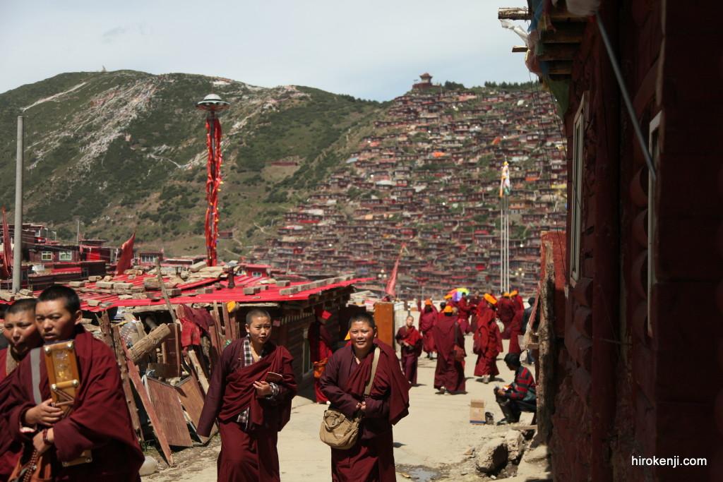 古の王国へタイムスリップ!?密集する赤い家の秘境に住む仏教徒達!