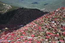東チベット・ラルンガルゴンパ 壁のように押し寄せる密集した赤い家