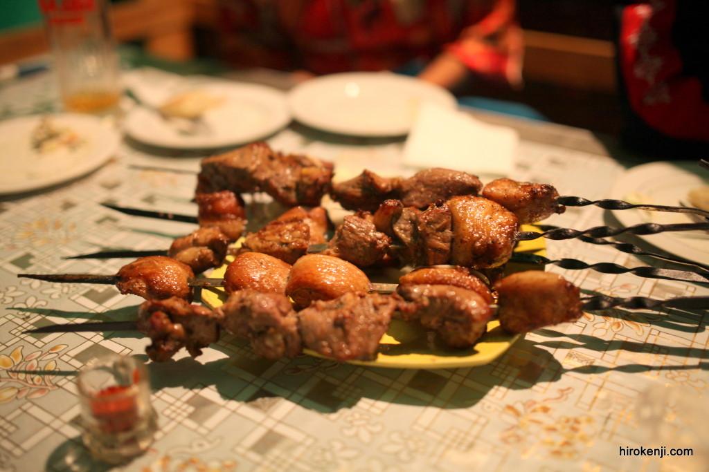 キルギス・ナリンで食べた市場最高のシャシリク(肉の串焼き)