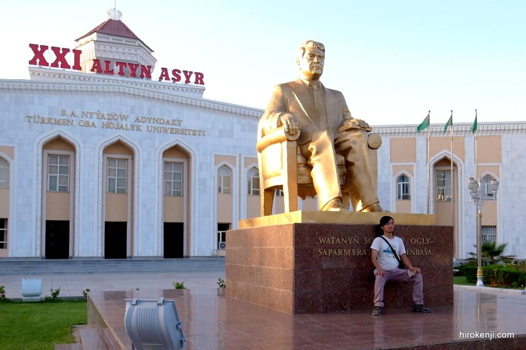【トルクメニスタン旅行記】不気味な首都アシガバード観光・人の居ない無機質な街並み