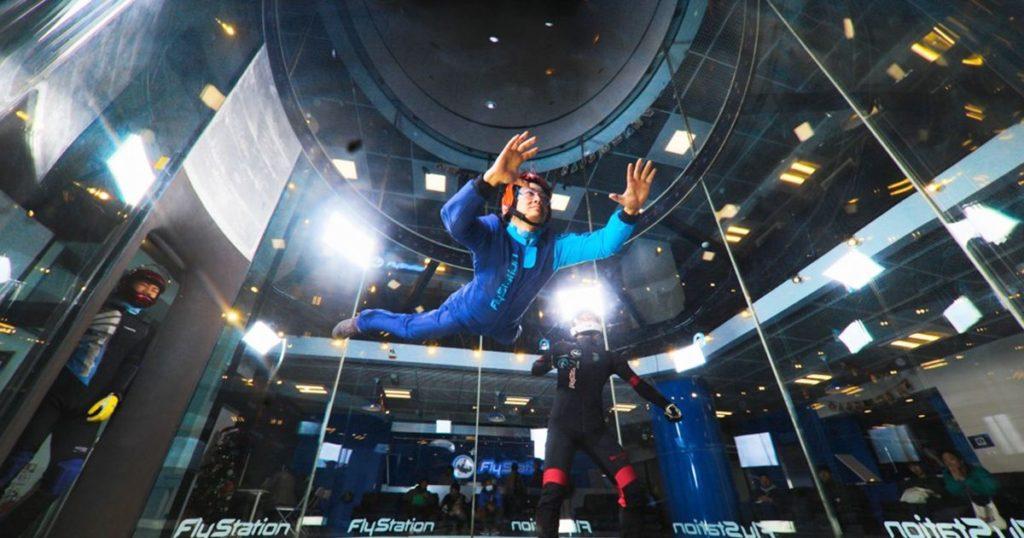 【転落!?】フライステーション体験レビュー(口コミ)制御不能の浮遊感覚でパニック!埼玉で室内スカイダイビングの謎!?